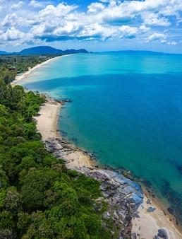 Imagem de vista aérea do mar, praia e selva com céu azul