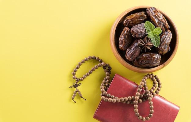 Imagem de vista de cima da mesa da decoração ramadan kareem data lâmpada de aladim de frutas e contas de rosário