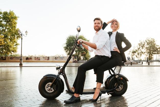 Imagem de vista lateral de comprimento total do casal de negócios satisfeito