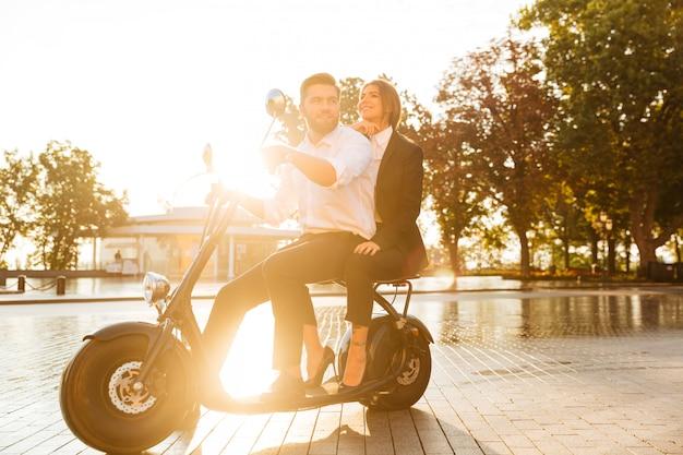 Imagem de vista lateral de comprimento total do casal de negócios sorridente