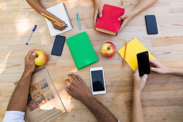 Imagem de vista superior de estudantes jovens amigos multiétnicas
