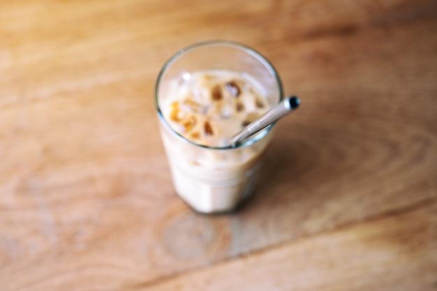 Imagem de vista superior de um copo de café gelado com canudo de aço inoxidável