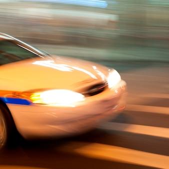 Imagem desfocada da frente de um carro nas ruas de manhattan, nova iorque, eua