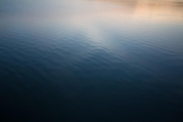 Imagem desfocada do fundo da água do mar