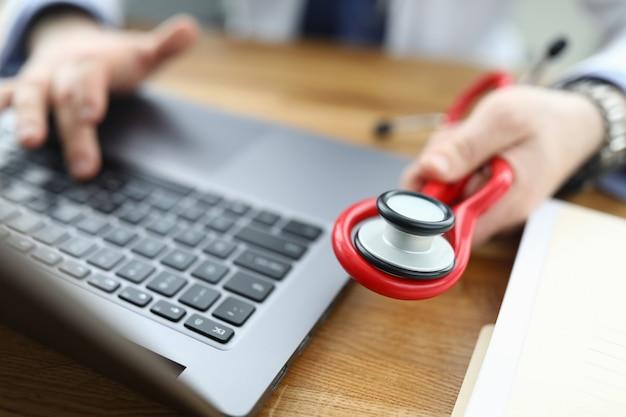 Imagem detalhada do trabalhador médico
