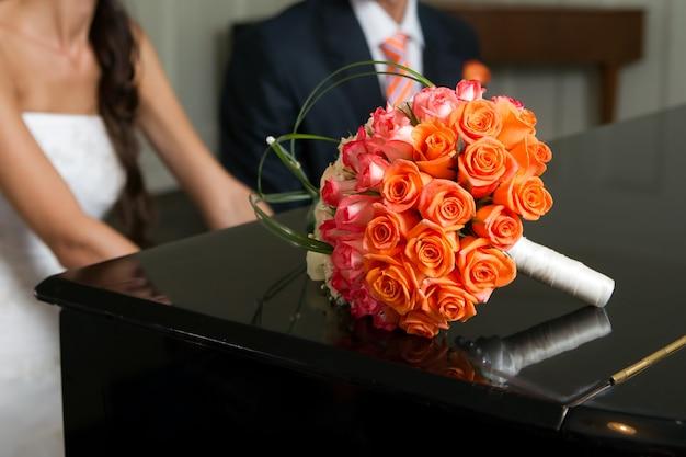 Imagem do buquê nupcial do casamento da noiva e do noivo