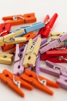 Imagem do close up de pequenos prendedores de roupa brilhantes