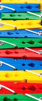 Imagem do close up de prendedores de roupa coloridos