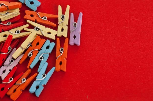 Imagem do close up de prendedores de roupa de escritório colorido
