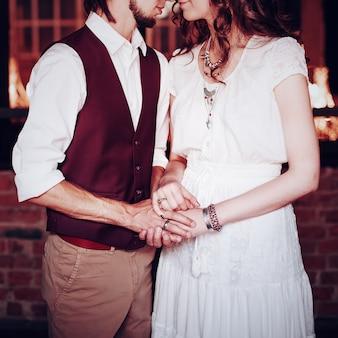 Imagem do conceito de casal de noivos de mãos dadas