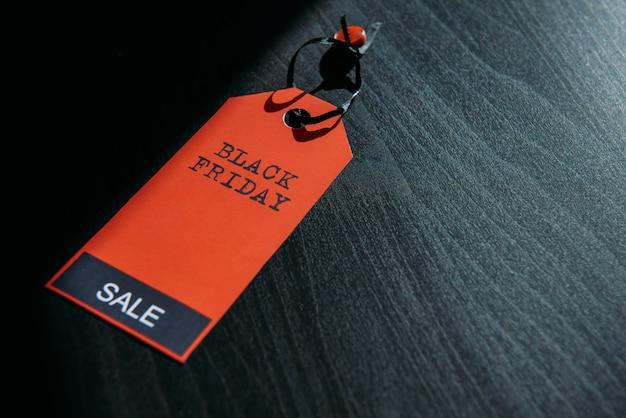 Imagem do conceito de etiqueta com inscrição em fundo escuro de madeira, combinação de luz e sombra.
