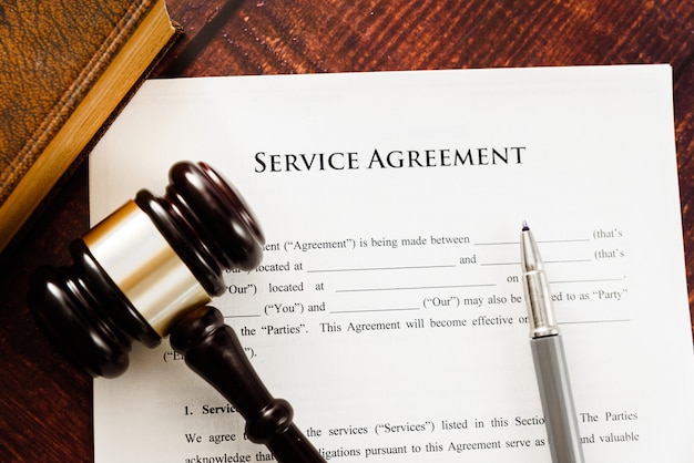 Imagem do conceito de um contrato de serviço escrito por um advogado.