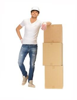 Imagem do construtor bonito com grandes caixas.
