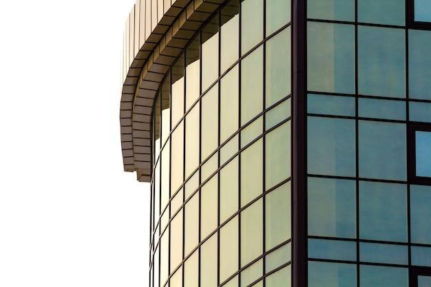 Imagem do detalhe do edifício de vidro moderno com muitas janelas