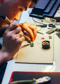 Imagem do engenheiro com mecanismo de reparação de ferro de solda