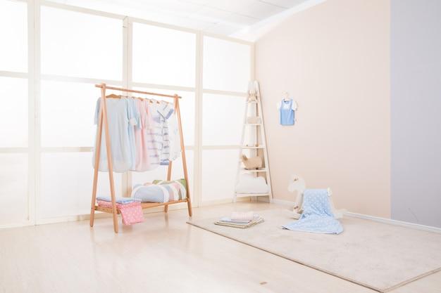 Imagem do espaçoso quarto de criança com novo design de mobiliário