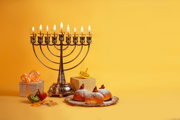 Imagem do feriado judaico de hanukkah com menorá