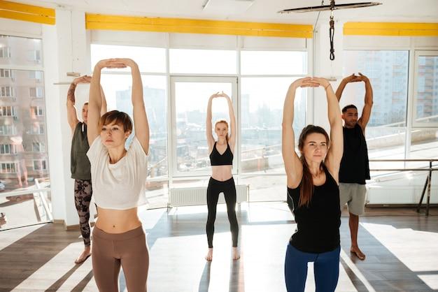 Imagem do grupo de ioga envolvida
