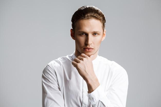 Imagem do homem caucasiano atraente sobre parede branca
