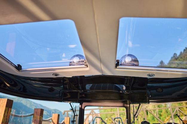 Imagem do interior de uma pequena lancha de transporte