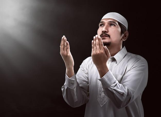 Imagem do jovem muçulmano rezando