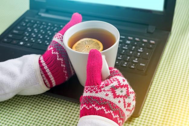 Imagem do laptop da temporada de inverno, luvas, bebidas quentes