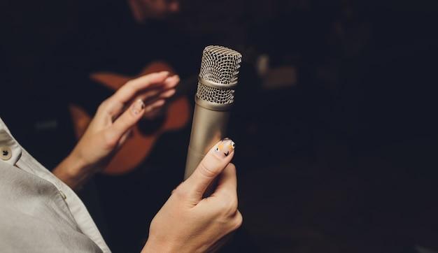 Imagem do locutor falando em um microfone.