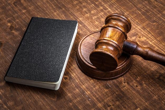 Imagem do martelo de madeira do juiz no bloco de notas