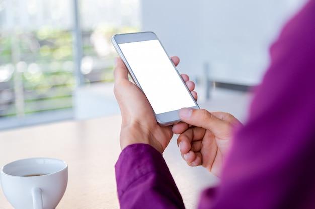 Imagem do modelo das mãos do homem que guardam o telefone celular branco com tecnologia da tela vazia.