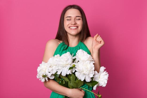 Imagem do modelo positivo bonito posando isolado sobre rosa