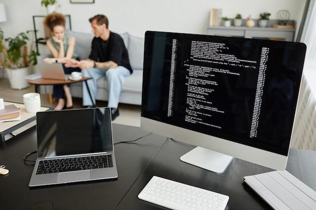 Imagem do monitor do computador com software e laptop na mesa do escritório