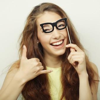 Imagem do partido. mulheres jovens brincalhões segurando um óculos de festa.