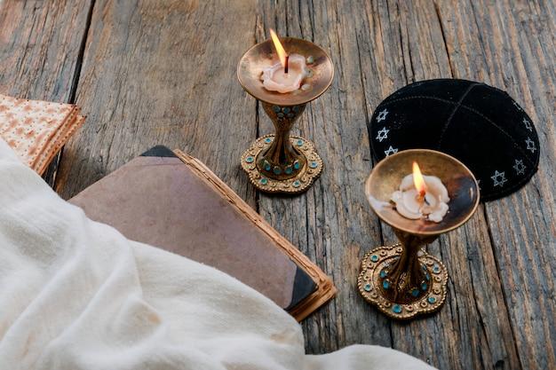 Imagem do sábado. matzah, pão candelas na mesa de madeira
