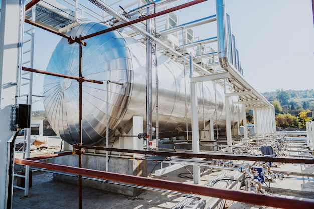 Imagem do tanque de óleo na refinaria.