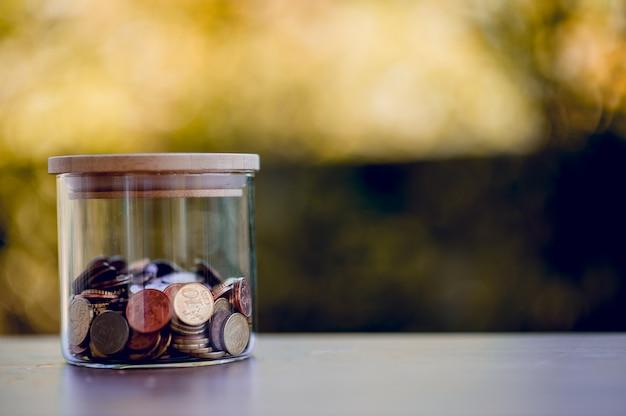 Imagem do valor da moeda conceito de poupar dinheiro para futuros amigos com espaço da cópia