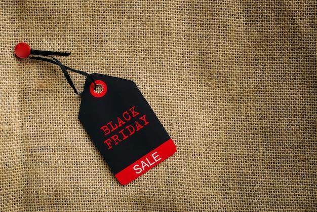 Imagem elegante de etiqueta em bolsa de lona com espaço de cópia. conceito de vendas totais de novembro, black friday.