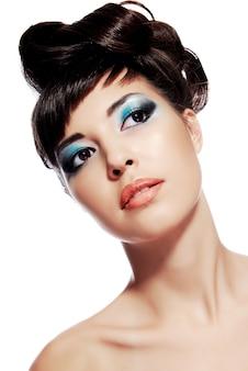 Imagem elegante de maquiagem criativa, desenho de penteado no rosto de uma jovem