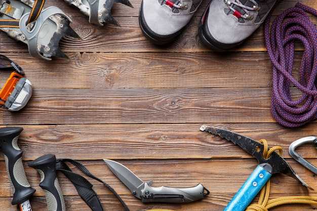 Imagem em cima de bastões de esqui, botas, picaretas em fundo de madeira. lugar para texto.
