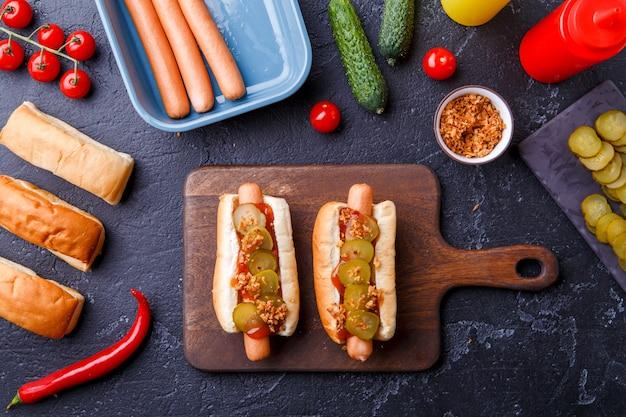 Imagem em cima de dois cachorros-quentes no tabuleiro na mesa