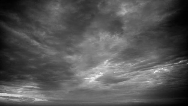 Imagem em preto e branco de um lindo céu coberto de nuvens