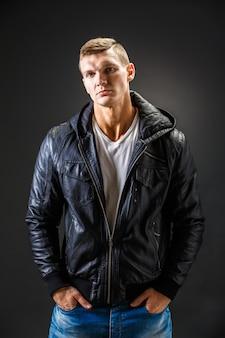Imagem forte de um homem muito resistente em camisa de couro preto