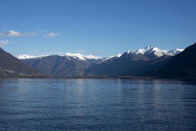 Imagem hipnotizante de um lago contra montanhas prodigiosas durante o dia