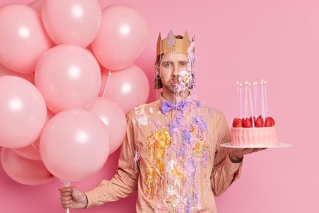 Imagem horizontal de homem descontente celebra ocasião especial