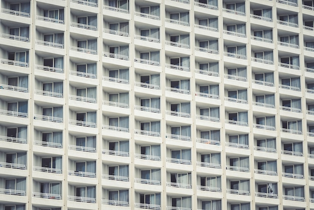Imagem horizontal de varandas de modernos prédios de apartamentos na cidade durante o dia
