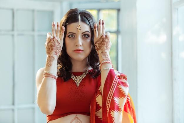 Imagem indiana nas mãos da mulher, decoração de tradição mehendi