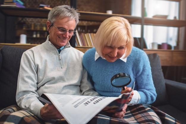 Imagem interessante de homem de cabelos brancos e mulher sentada no sofá