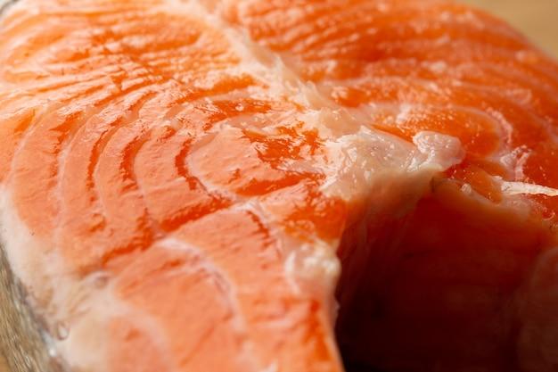 Imagem macro close-up do filé de peixe vermelho parecendo molhado e limpo
