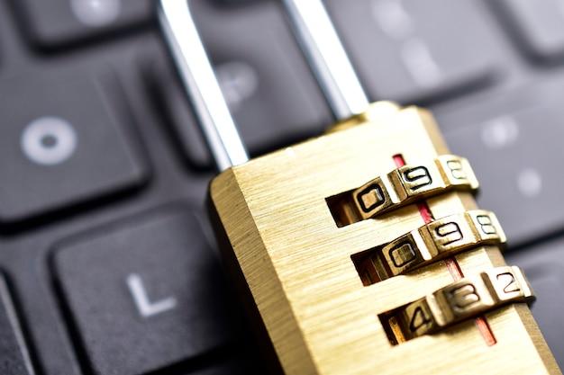 Imagem macro de cadeado no teclado, conceito de segurança cibernética.