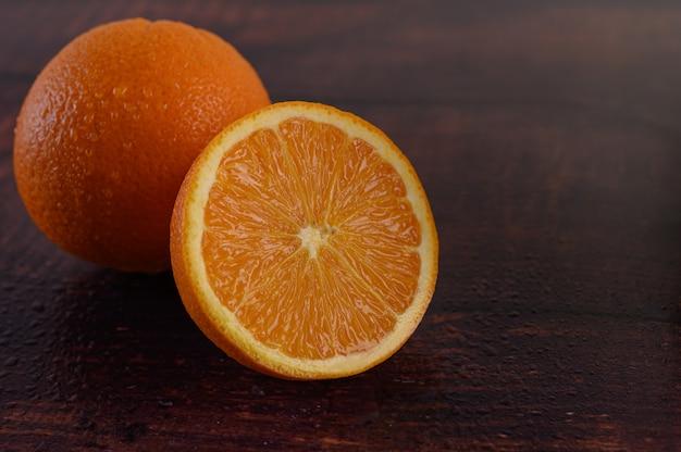 Imagem macro de laranja madura, na mesa de madeira