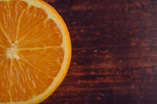Imagem macro de laranja madura, profundidade de campo pequena.